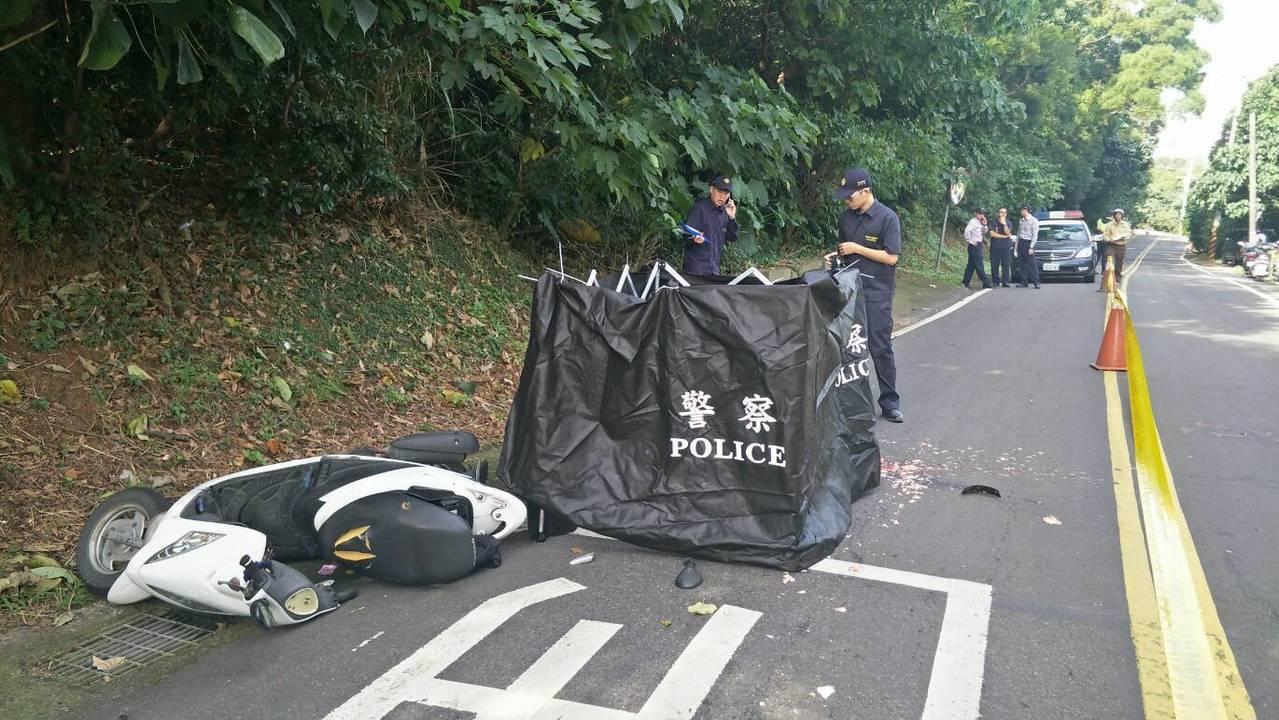 許女疑因路面不平自摔,不幸被遊覽車輾過。記者林昭彰/翻攝