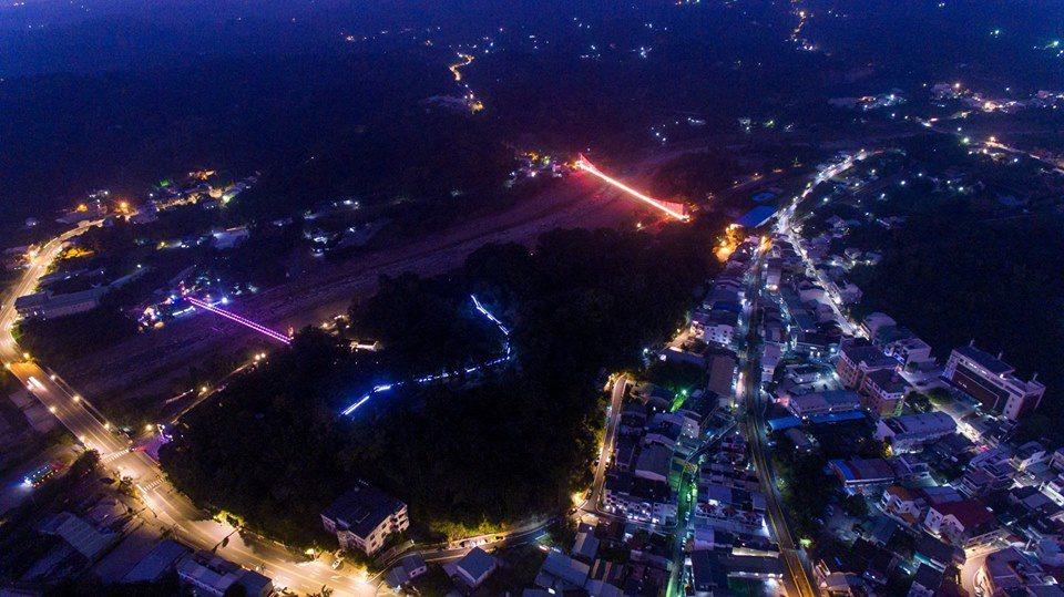 空拍竹崎公園吊橋光雕秀和市區夜景。圖/賴國華提供