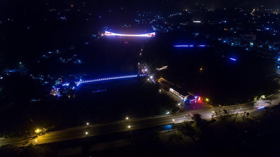 竹崎公園兩座吊橋夜間光雕秀。圖/賴國華提供