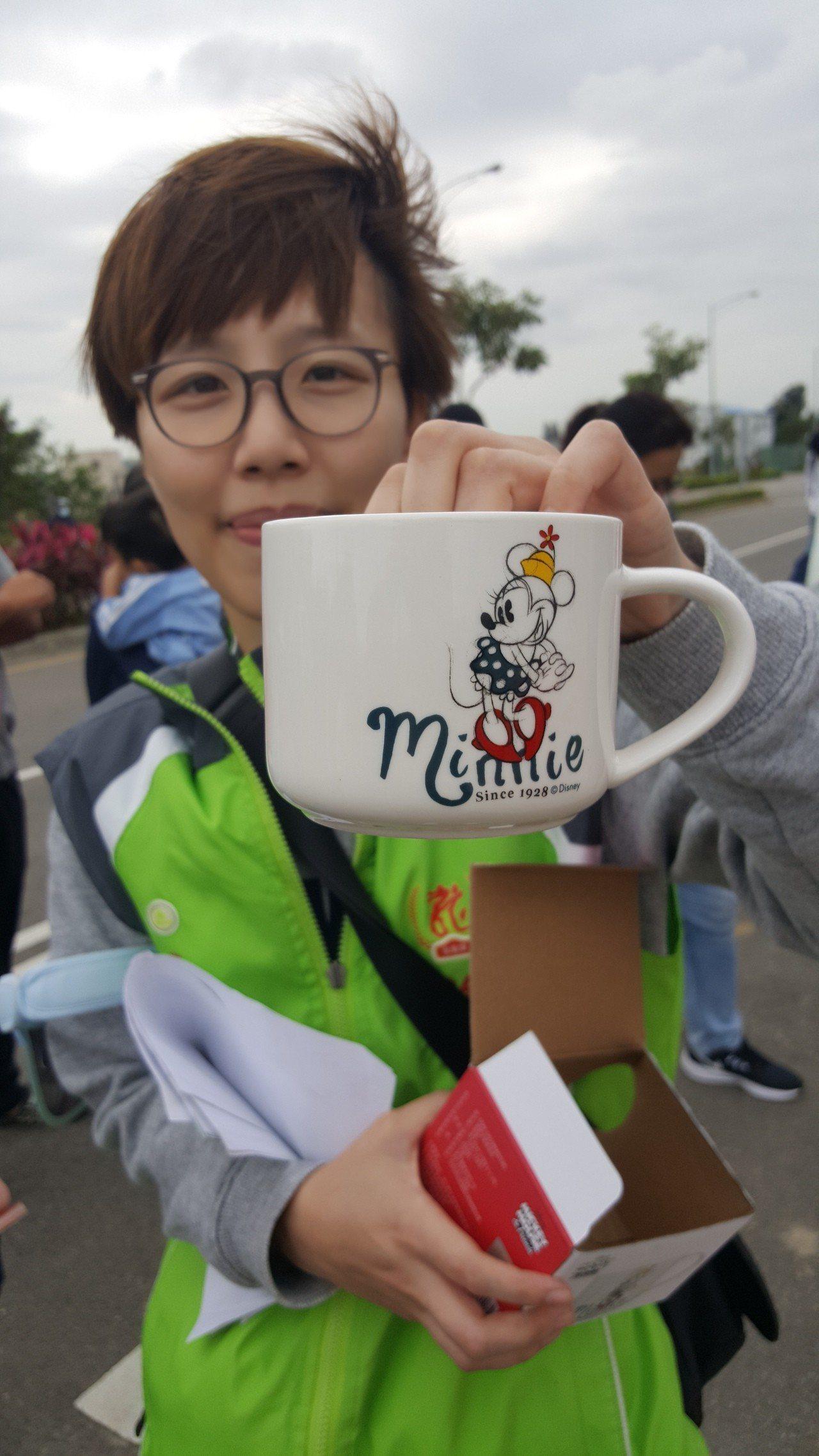 報名參加焢窯鄉親每人可獲馬克杯的精美小禮物。記者胡蓬生/攝影
