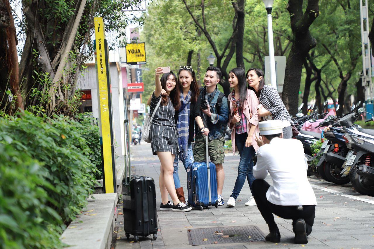 充滿服務熱誠的跟拍管家將陪同下榻晶華酒店的房客,暢遊台北市各大觀光勝地及私房拍照...