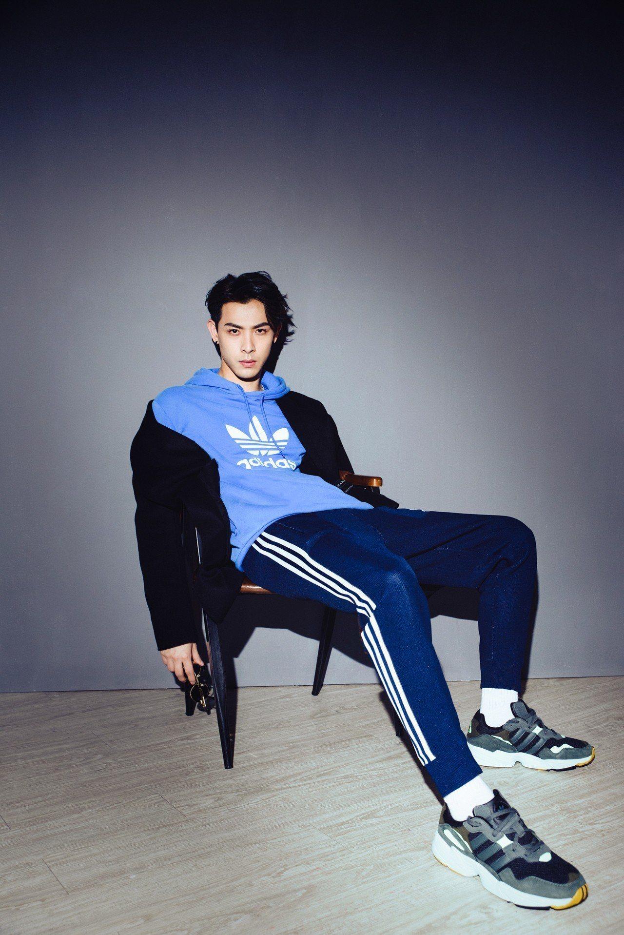 男星晨翔在示範adidas Originals新款Yung 96系列鞋時的「葛優...