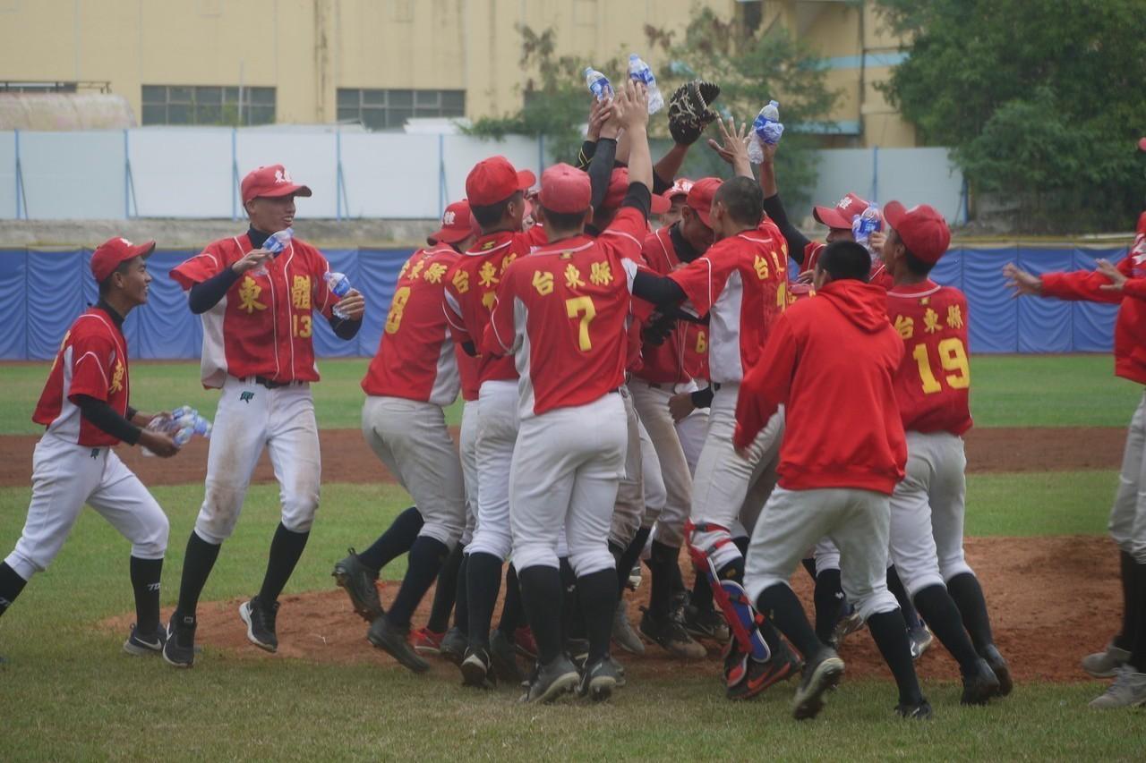 台東體中慶祝拿到U18冠軍。記者吳敏欣/攝影