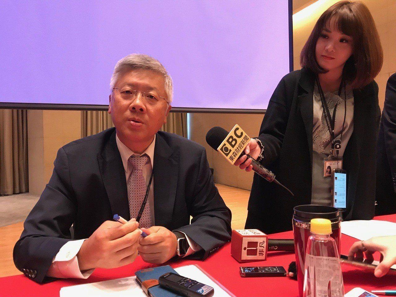 台新金控總經理林維俊(左)表示,台新銀行並未投資「純網銀」,且不怕來自「純網銀」...