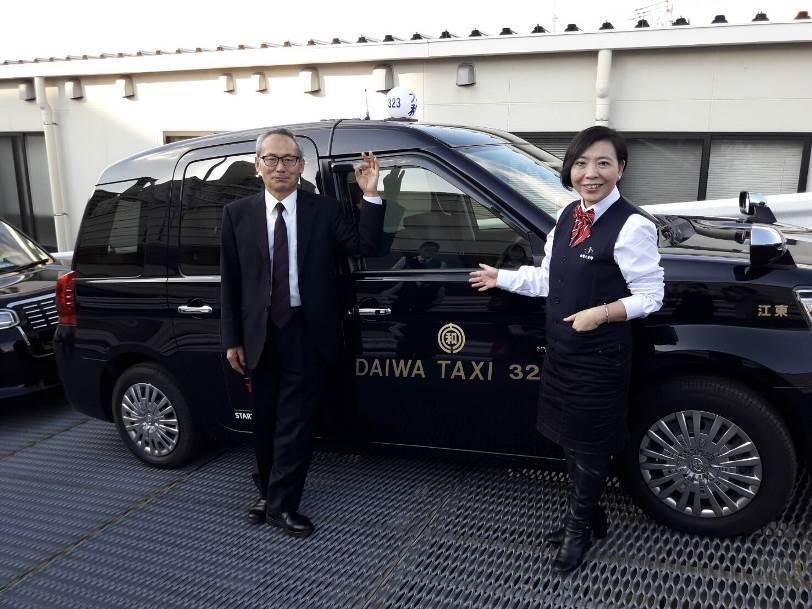 台灣大車隊總經理李瓊淑(右)赴日參訪大和交通車總部,左為大和計程車社長前島忻治。...