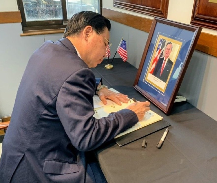外交部長吳釗燮到AIT設置的弔唁冊簽名,對辭世的美國前總統老布希表達慰問之意。圖...