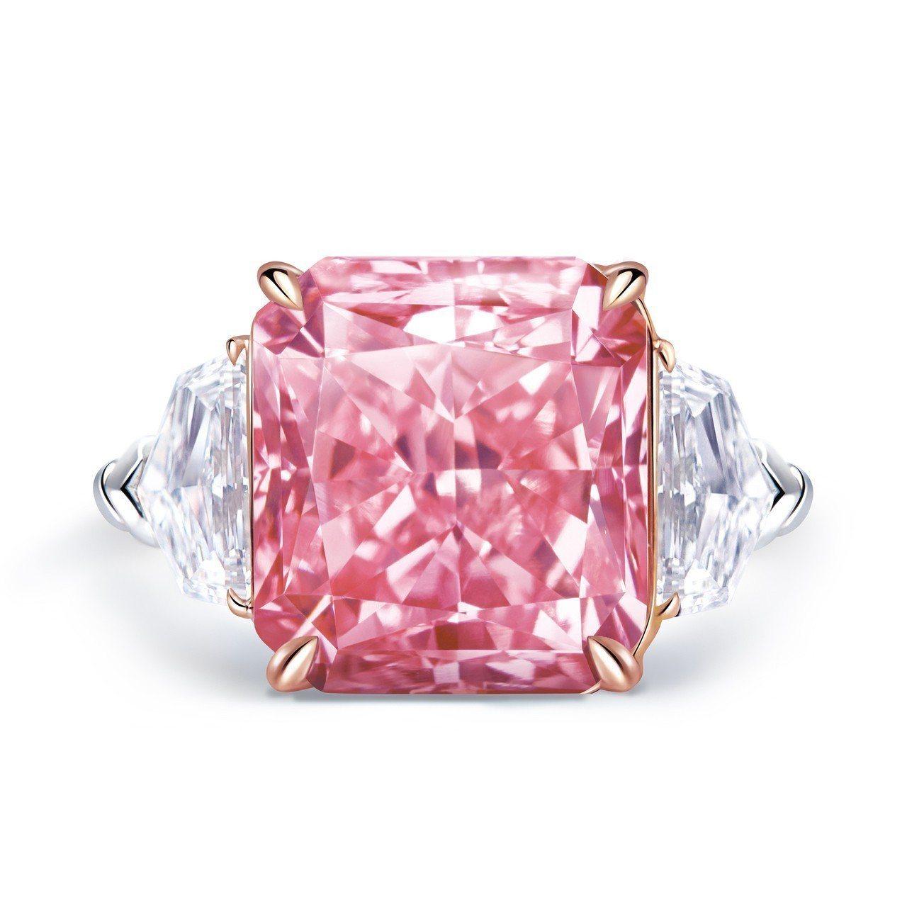 侯佩岑配戴的雷地恩車工濃彩紫粉鑽戒指,鑲嵌8.51克拉VVS1絢麗的濃彩粉紅鑽石...
