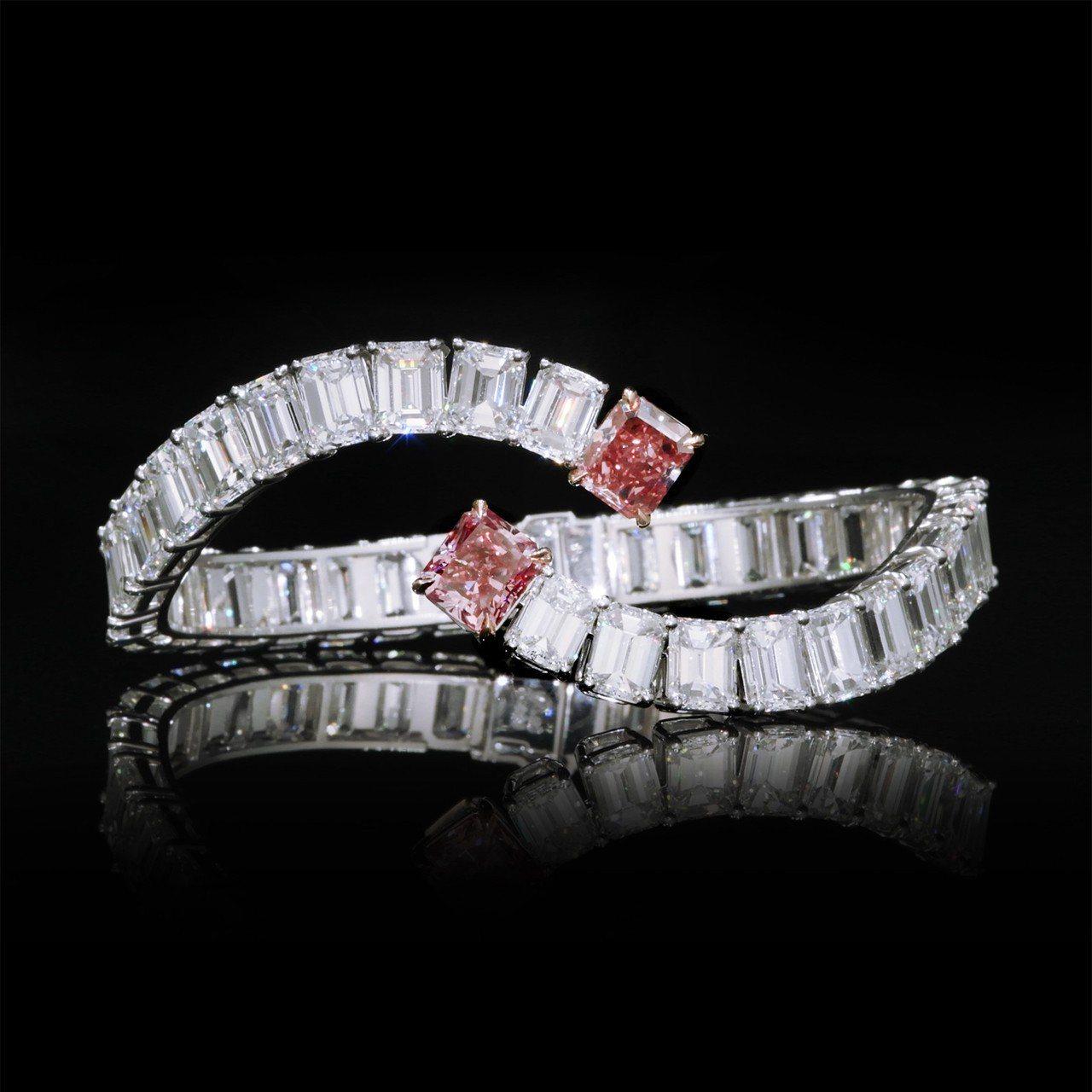 侯佩岑配戴的雷地恩車工艷彩粉鑽手環,鑲嵌2.24克拉VS2 鑽石和2.03克拉V...