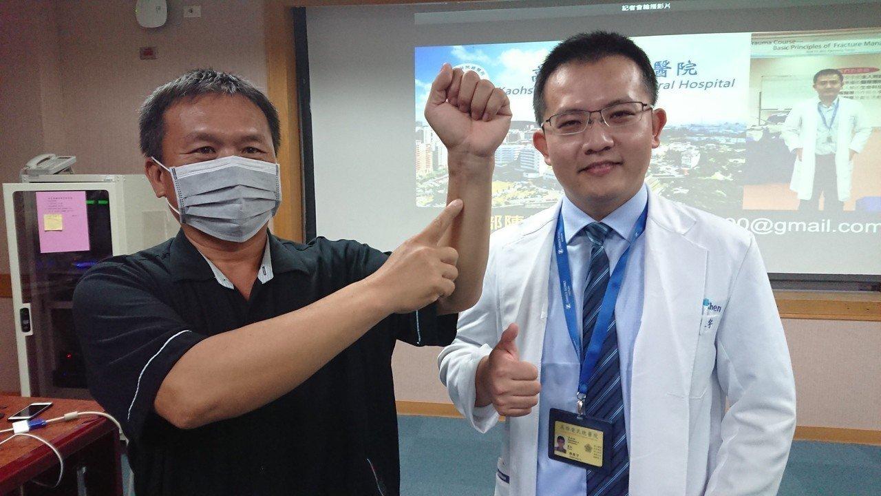 48歲的楊先生(左)有心肌梗塞病史並裝設支架,日前跌倒左手骨折,憂心麻醉風險的他...