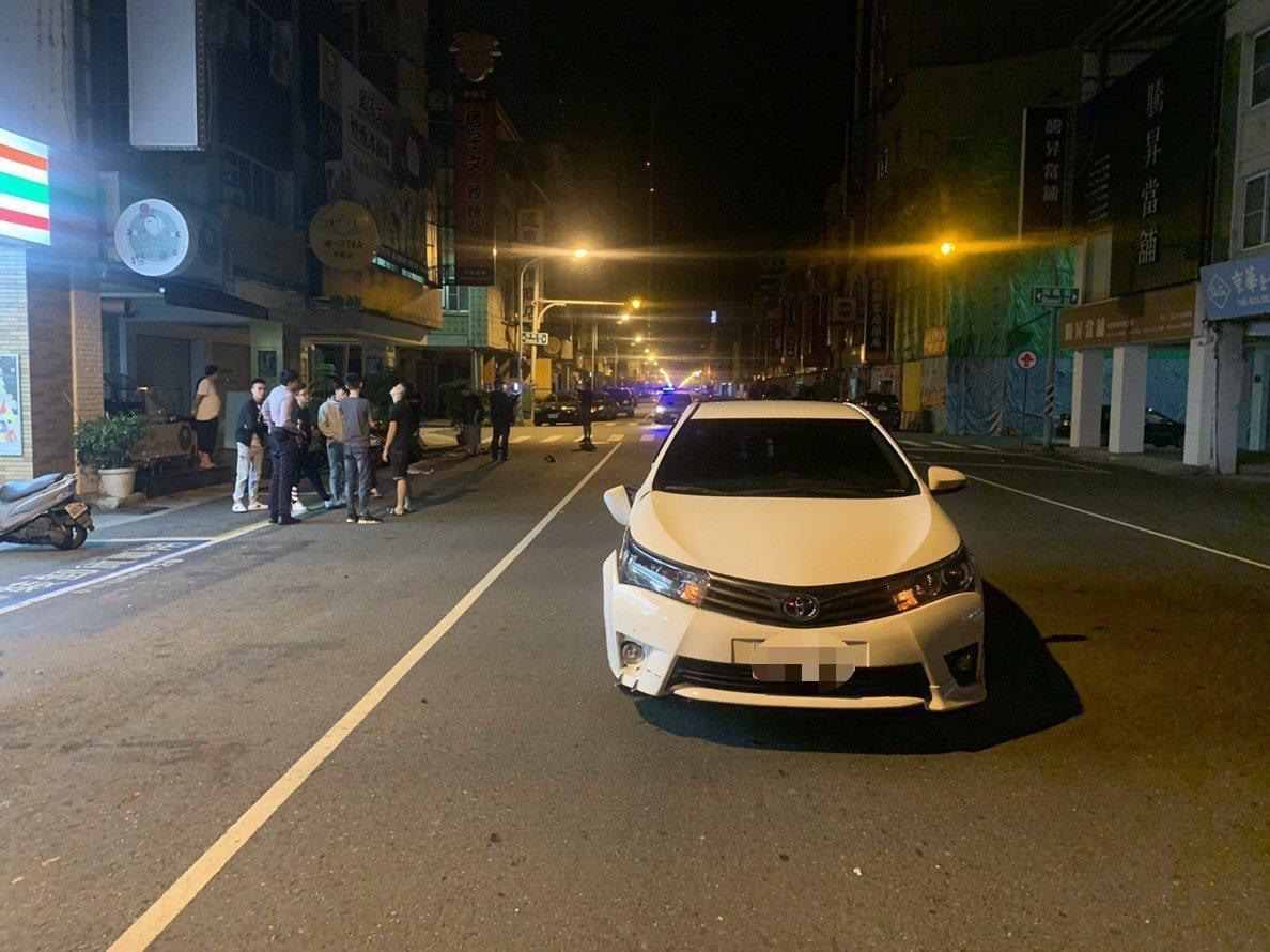 白色轎車車前保險桿受損。記者張媛榆/翻攝