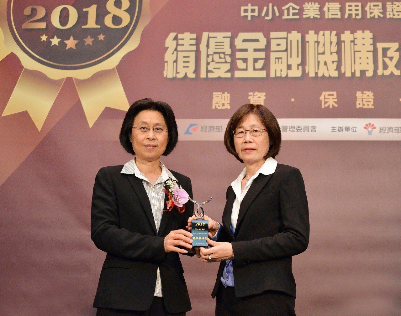 第一銀行力挺中小企業融資,日前榮獲信保夥伴獎,並由副總洪惠卿副總經理(右)代表領...