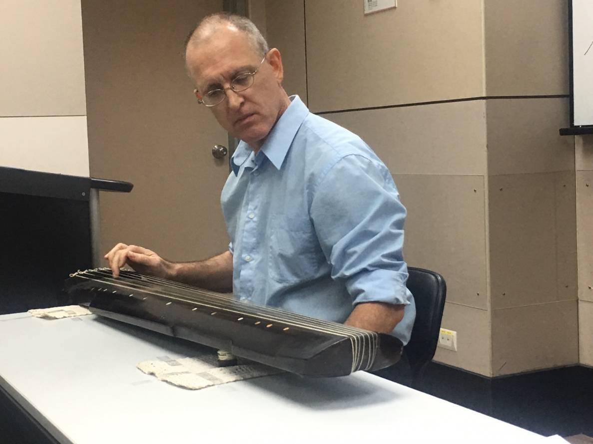 外籍教師Robert Bower用英語教導中國古琴。圖/文大推廣部提供