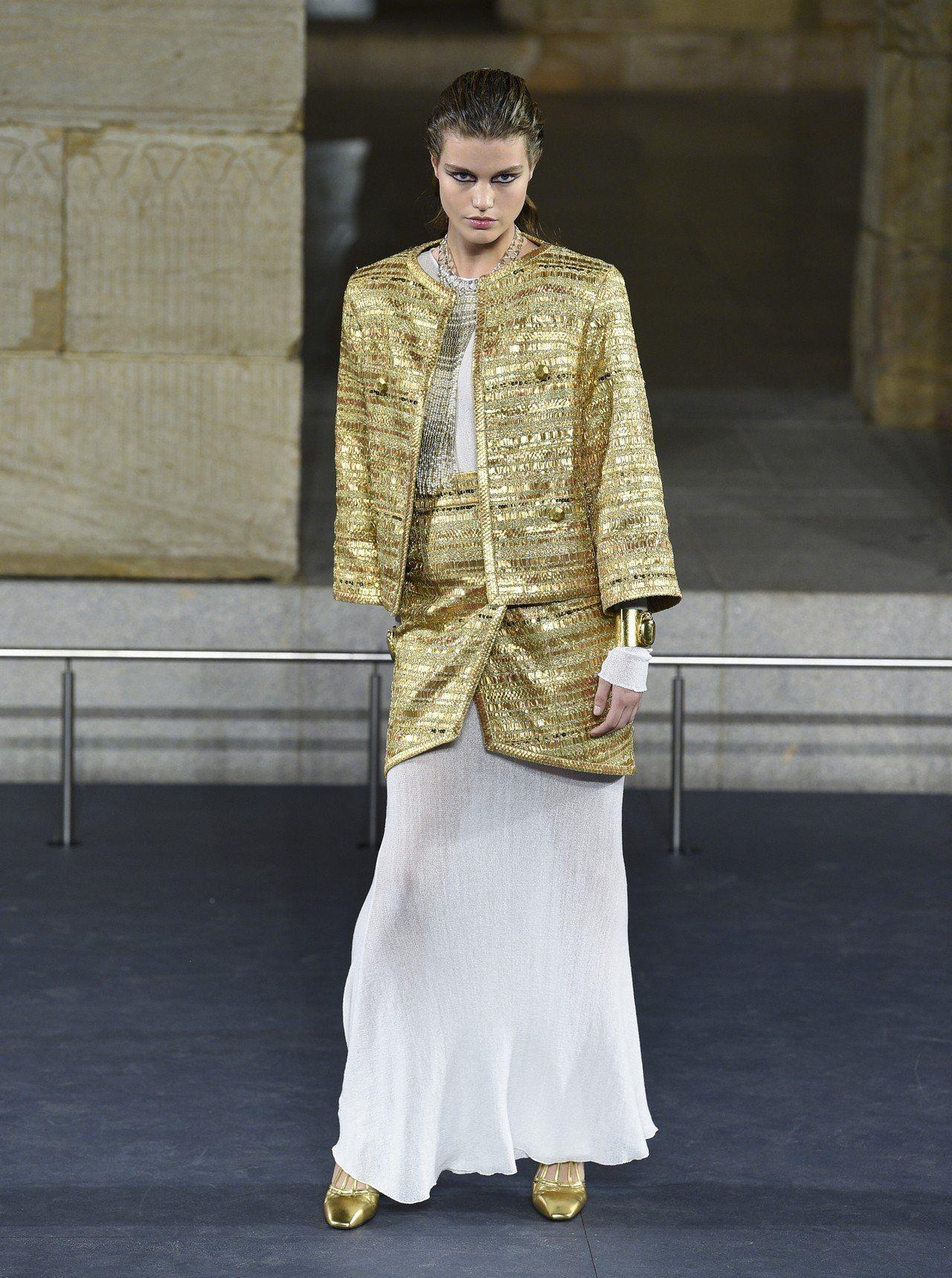 不對稱的短裙套裝、多層穿搭長裙,兼具俐落與典雅柔美。(美聯社)