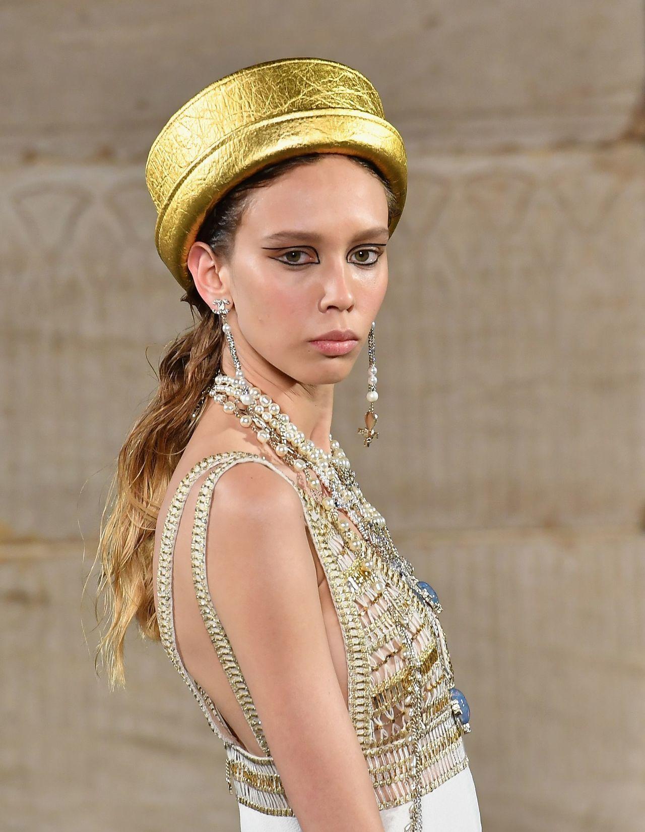 平頂帽與垂墜長耳環以及雙層眼線等細節,也都重現了文獻紀錄裡愛美的古埃及人對於穿搭...