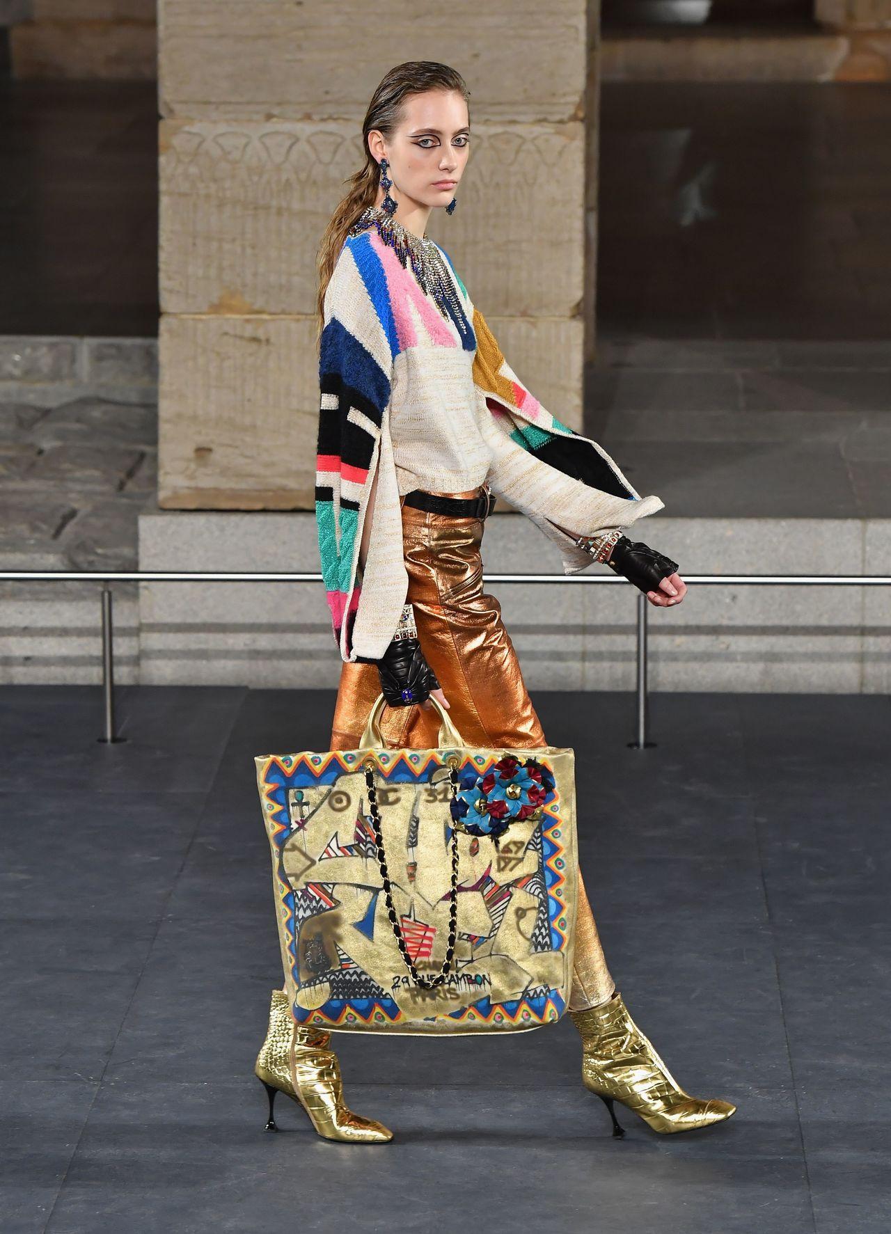 經常在埃及壁畫或是雕刻作品中所見到的多彩飽和配色和幾何圖樣也出現在服裝與包款上。...