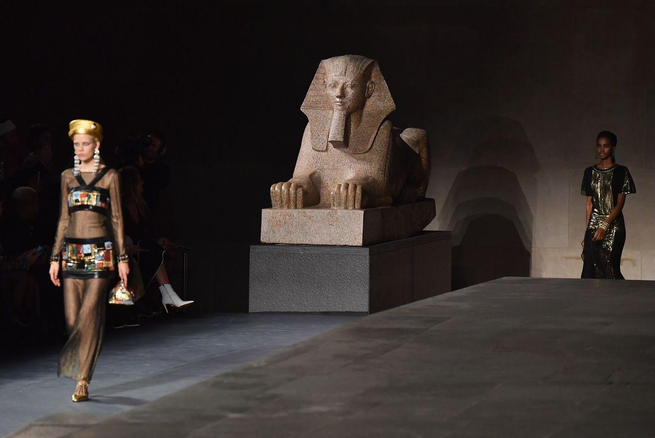 香奈兒2018/19工坊系列於紐約大都會藝術博物館發表,帶來一場充滿埃及文化風格...