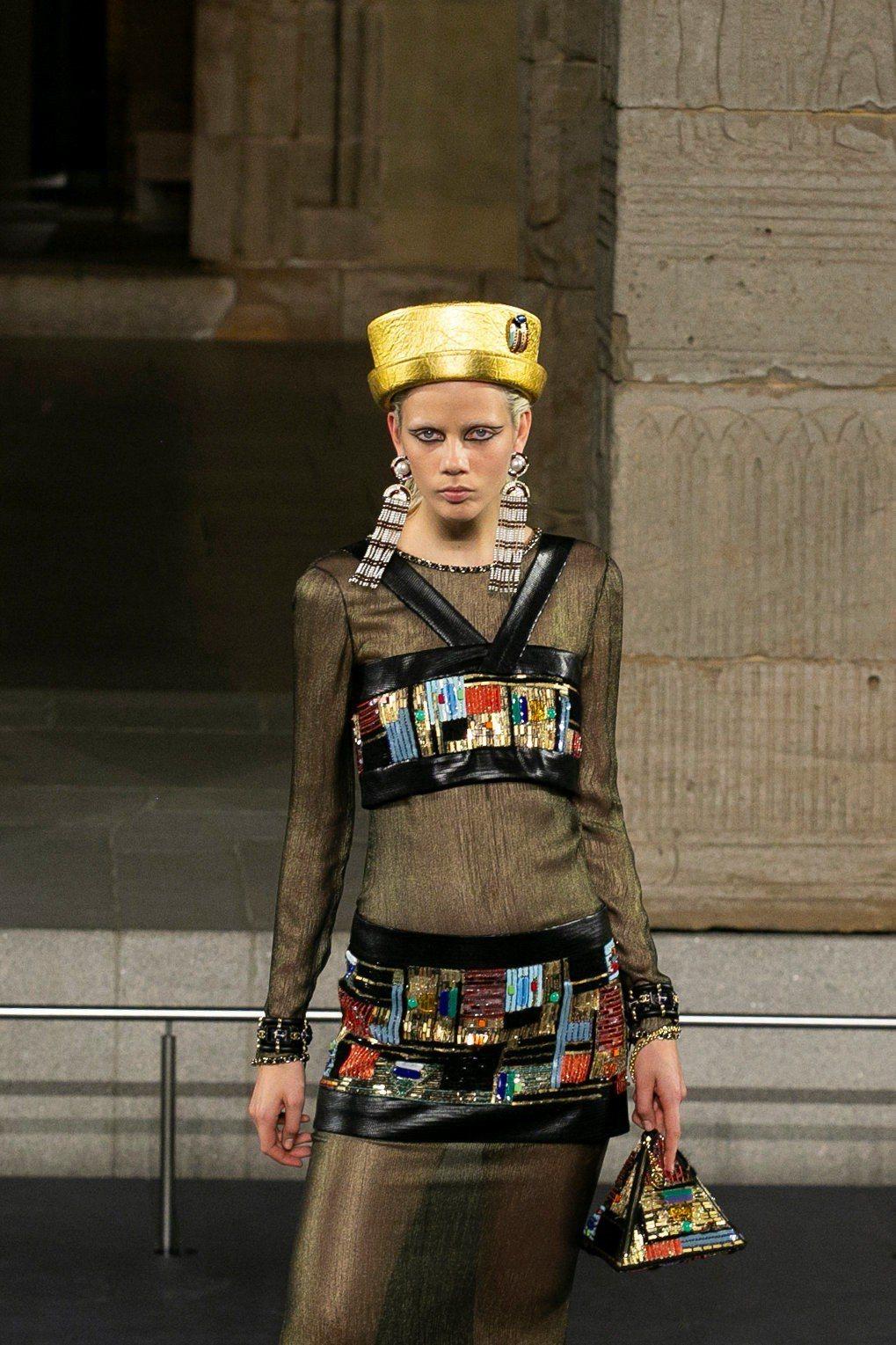 以紐約天際線為靈感的香奈兒1920年代Art Deco風格服飾珠寶也重新詮釋。(...