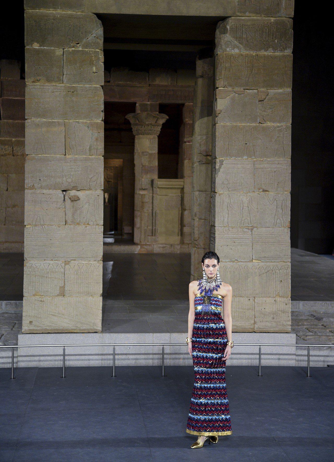 以往我們在埃及相關展覽中看到歷經風霜的文物所無法呈現出的細膩與奢華作工,透過香奈...