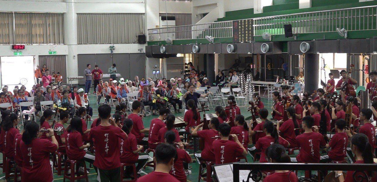竹崎高中國樂團為獨居長輩公益表演。記者謝恩得/翻攝