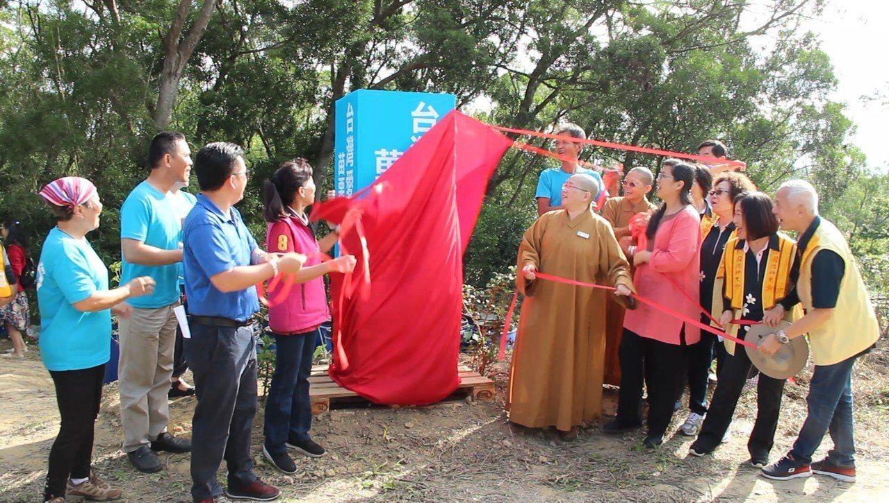 台灣愛酵環保協會今天啟動頭份市酵素基地,投放1個月的環保酵素,淨化番仔圳。圖/佛...