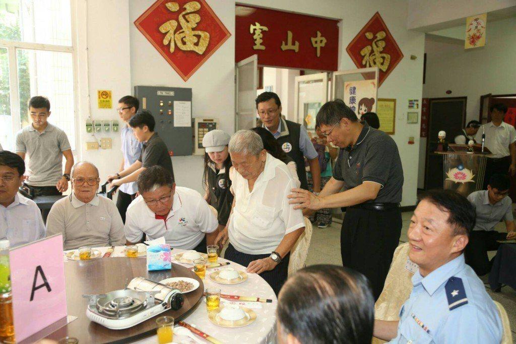 今年中秋節前夕,台北市長柯文哲到台北市的退舍探望榮民,照片可見倒退舍如同軍營一樣...