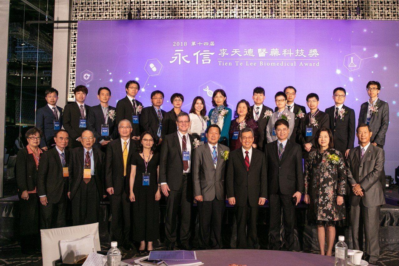 為鼓勵台灣投入醫藥研究的優秀人員,財團法人永信李天德醫藥基金會今頒發「第14屆永...