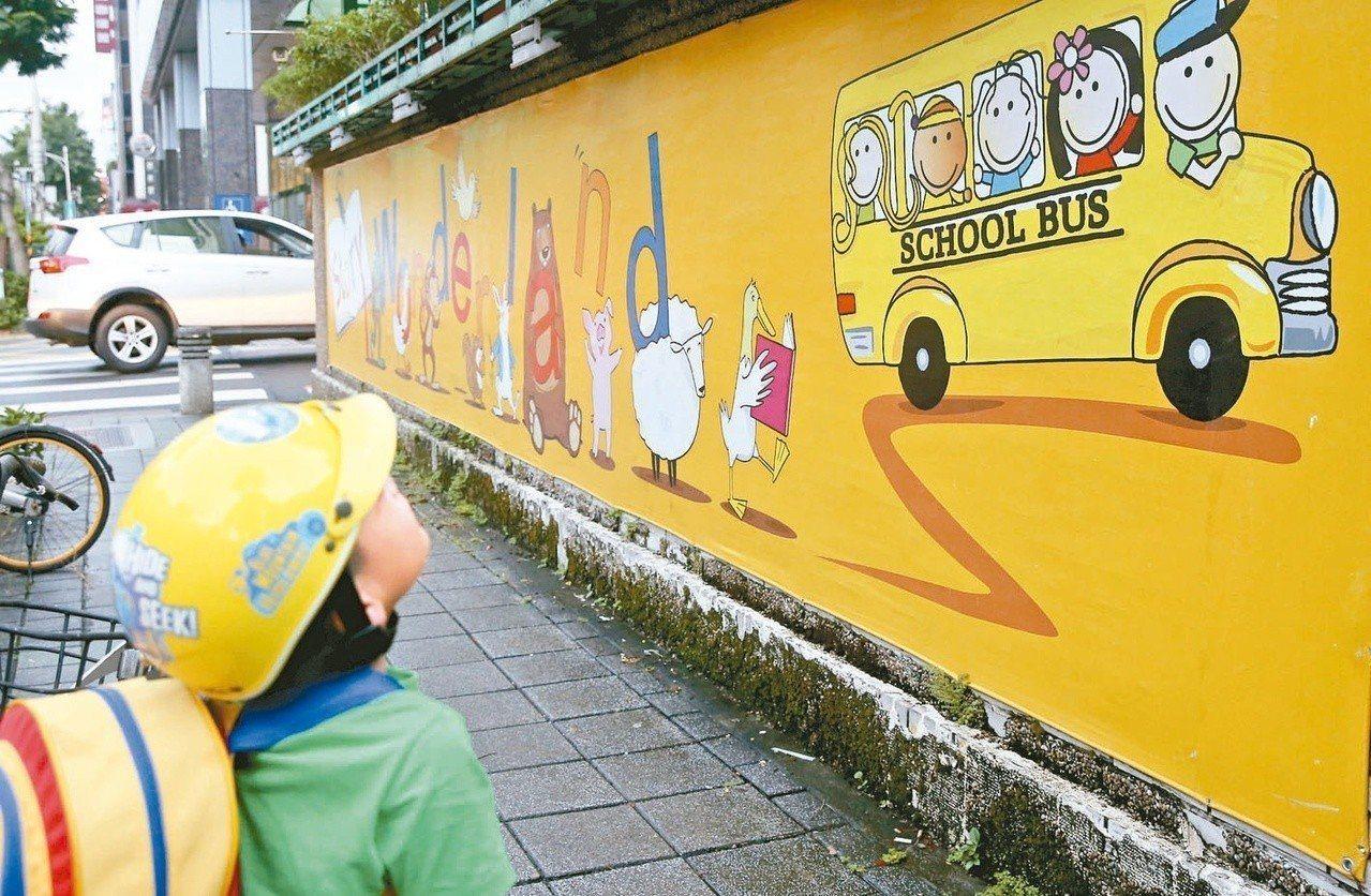 教育部發出新聞稿指出,將以「全面啟動教育體系的雙語活化、培養台灣走向世界的雙語人...