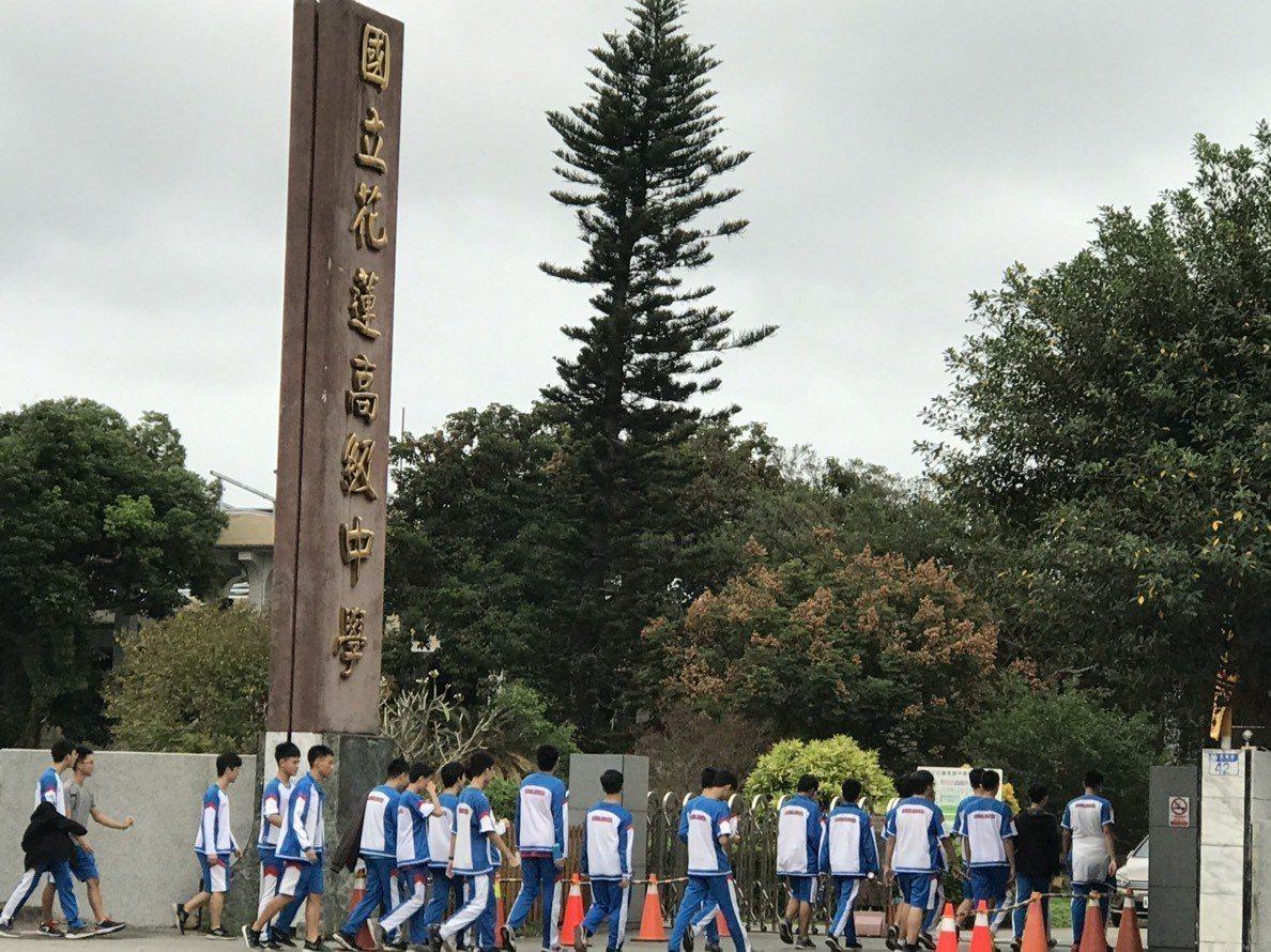 花蓮高中為了校園安全,要求學生進入校園須穿校服。記者王燕華/攝影