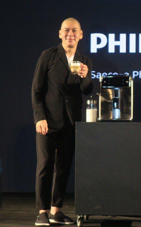 國際名導蔡明亮為飛利浦精品義式咖啡機代言,笑稱:「錢還不少,我很愛錢,很滿意。」據傳價碼高達7位數。公投結果「同婚」議題慘遭打槍,他倒是不悲觀:「我覺得結果不意外,但我們的社會已經開始在產生對話,正...
