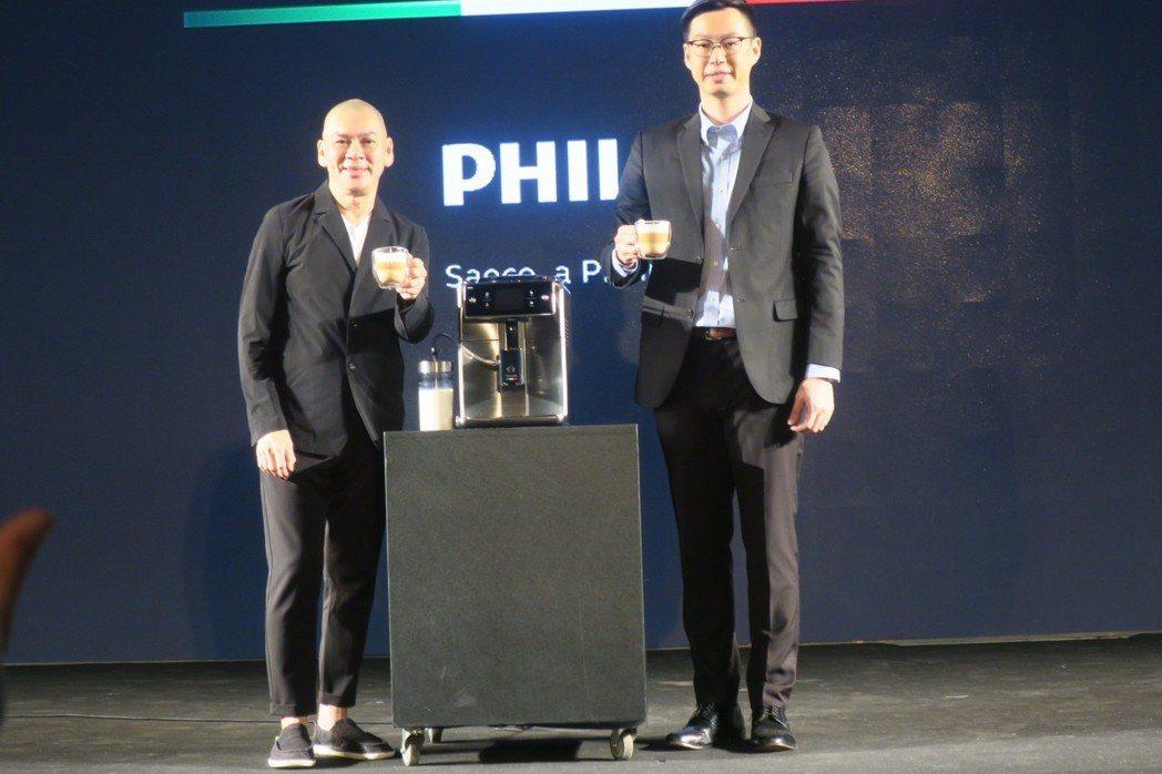 蔡明亮和飛利浦行銷副理曾偉勝一起介紹最新的義式咖啡機。記者蘇詠智/攝影