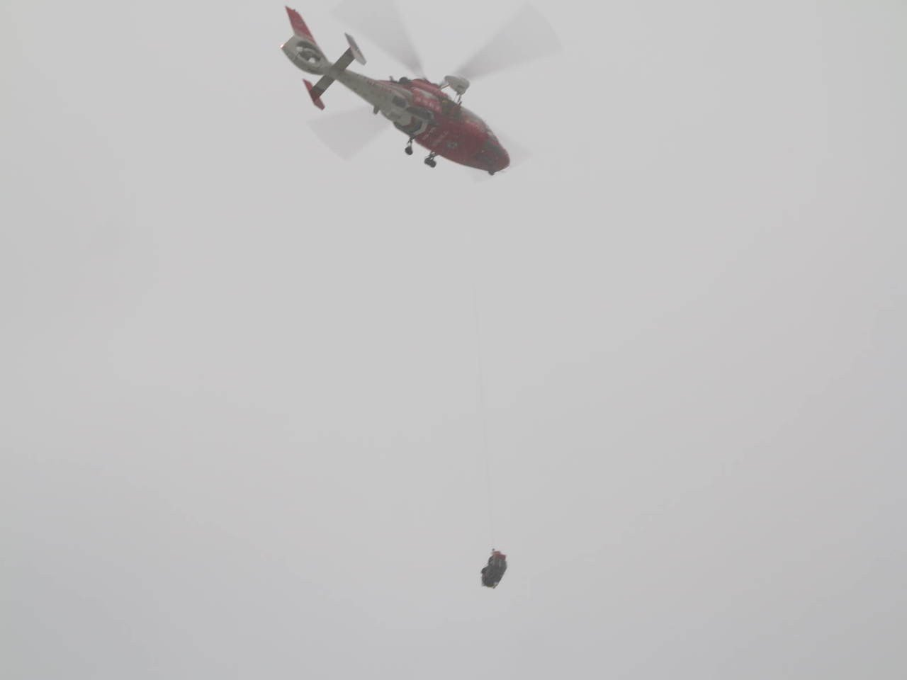 海巡署特勤隊員柯姓士官長,今傍晚支援空中勤務總隊,援救彭佳嶼海域的救援任務時,疑...