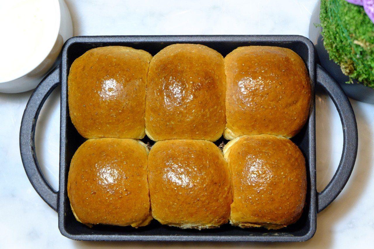 主廚品味套餐附有外酥內軟、香氣逼人的麵包。記者韓化宇/攝影