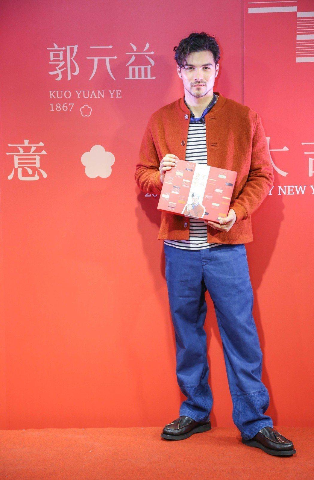 鳳小岳代言春節禮盒,依然帥氣有型。圖/郭元益提供