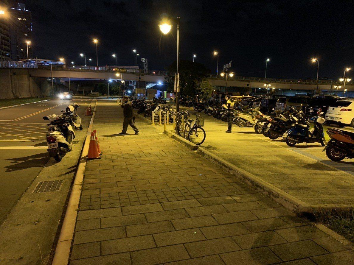 新北市永和警方今天晚上8時許獲報,中正橋橫移門內發生聚眾鬥毆情事,巡邏警網迅速趕...