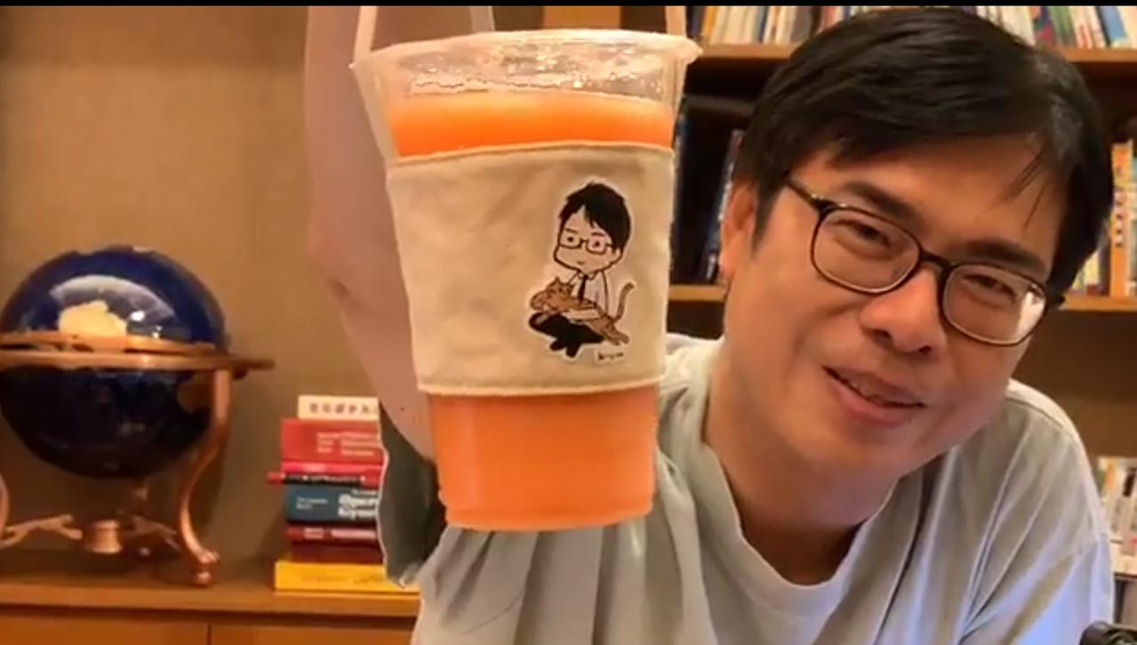 陳其邁邀粉絲周六下午到駁二In our time喝咖啡,報名者就送他的圖像杯套。...