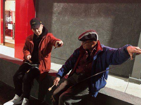 蕭秉治找尋寫歌的創作靈感,為了主持的節目「蕭幫」山上下海,最新一集他來到海拔900公尺的嘉義阿里山民宿,當起民宿老闆的小幫手,從接待旅客、分送房間鑰匙,準備晚餐,體驗鄒族文化,與鄒族的孩童們營火同歡...