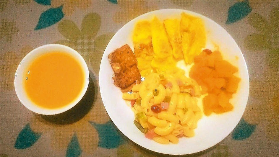 三餐的主食,以稀飯、麵線、通心粉、米苔目等輪替。 圖╱楊芸文(台北市)