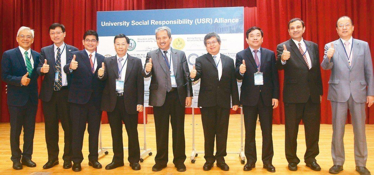 中國醫藥大學董事長蔡長海(右一)與台大、亞大、印尼、泰國、印度、越南等九所大學校...
