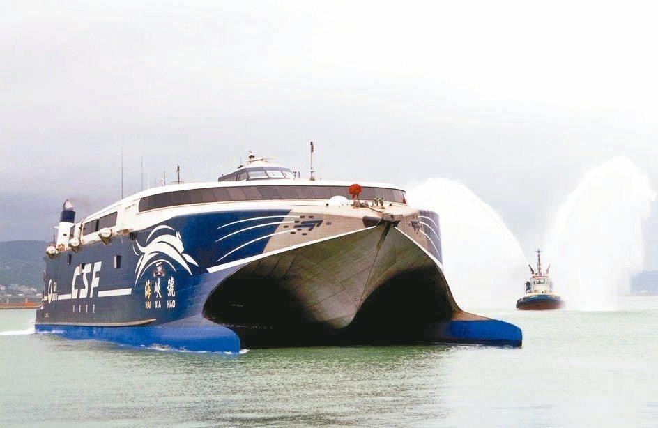 海峽號是兩岸直航的主力,今年搭乘人數大幅成長,歲修兩周後今天開始復航。 記者黑中...