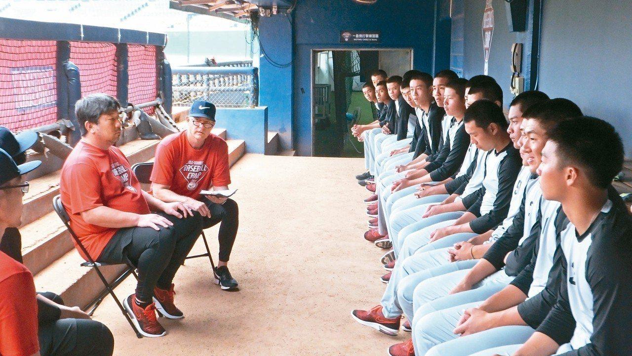 野茂英雄(左)和青棒投手互動。 記者藍宗標/攝影