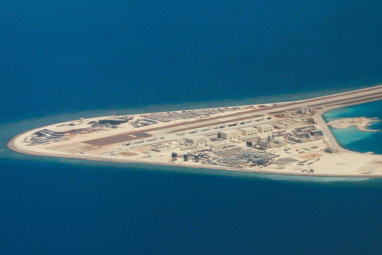 中國大陸在南海島嶼上部署了許多武器,圖為大陸控制的渚碧礁。 (美聯社)