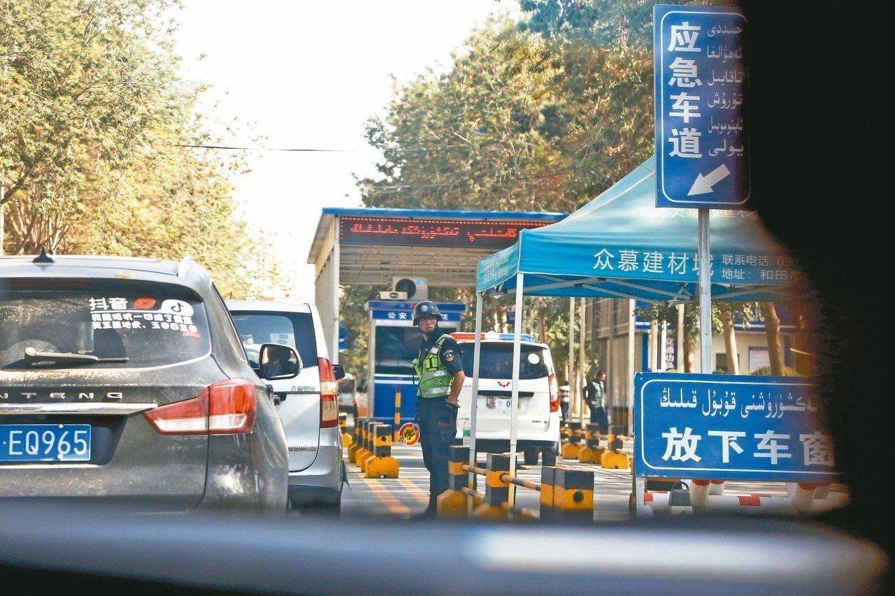 新疆「再教育營」的人權問題再受關注。圖為今年九月廿一日新疆和田交通要道檢查哨,警...