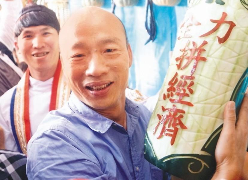 高雄市長當選人韓國瑜在杉林區瓜瓜節表示,他支持九二共識,也獲得高雄市民最新的授權...