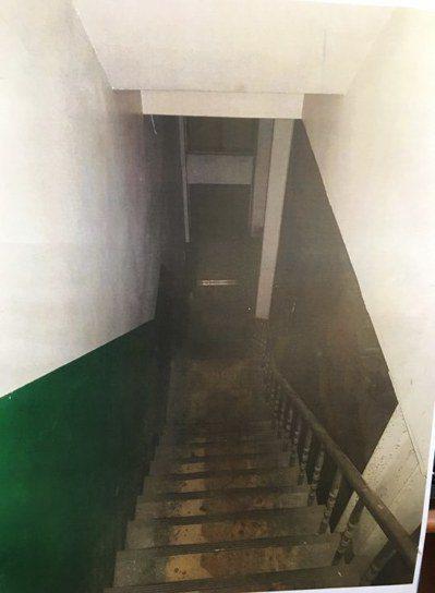 部分移工宿舍就在工廠二樓,採易燃的木造裝潢隔間,通往一樓的樓梯狹窄晦暗。 圖/越...