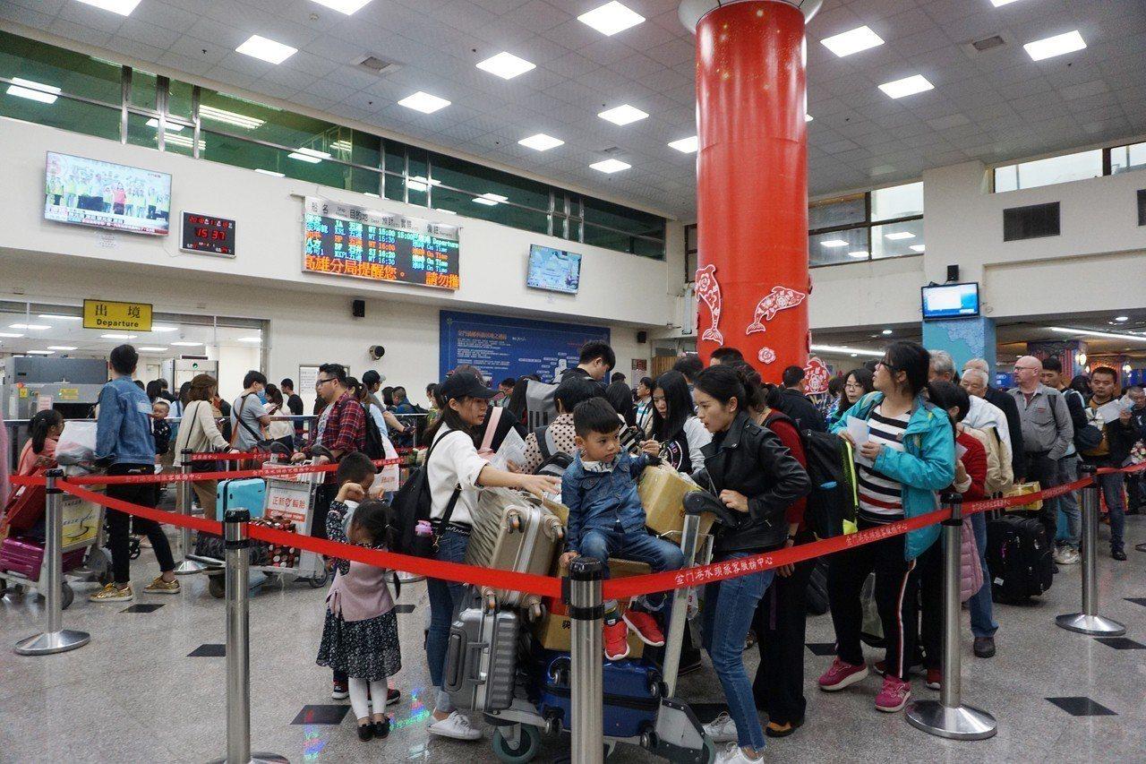 金門縣104年小三通入出境人次達176萬2411人次,是歷年最高,縣府4日指出,...