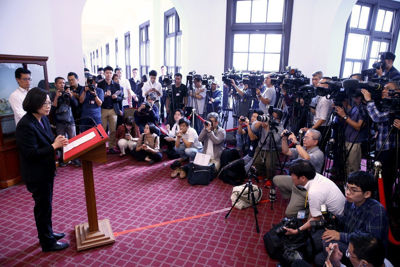 蔡英文總統上午在總統府進行「迴廊談話」,並就相關議題召開記者會說明,這是蔡首次在...