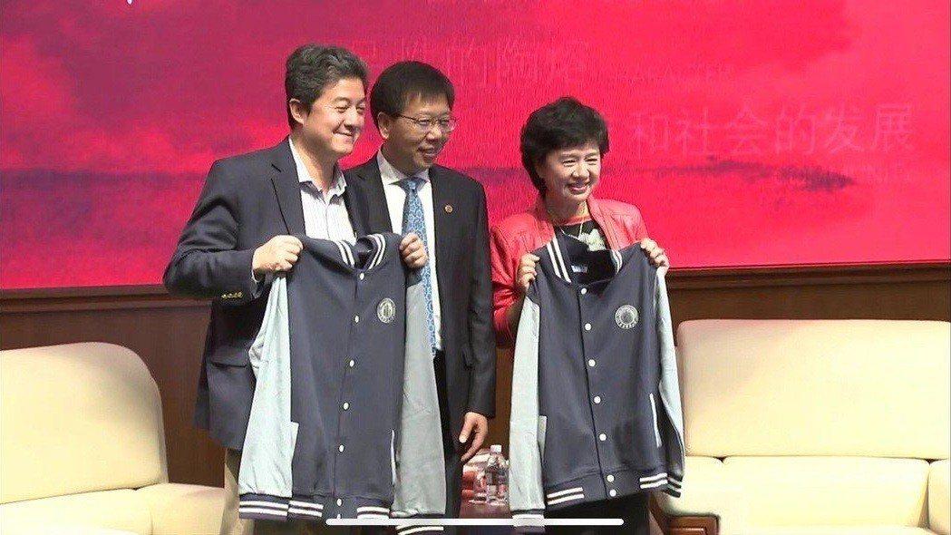 張首晟(左)上個月到華東師範大學訪問,沒想到近日傳出自殺的消息。圖/親友提供