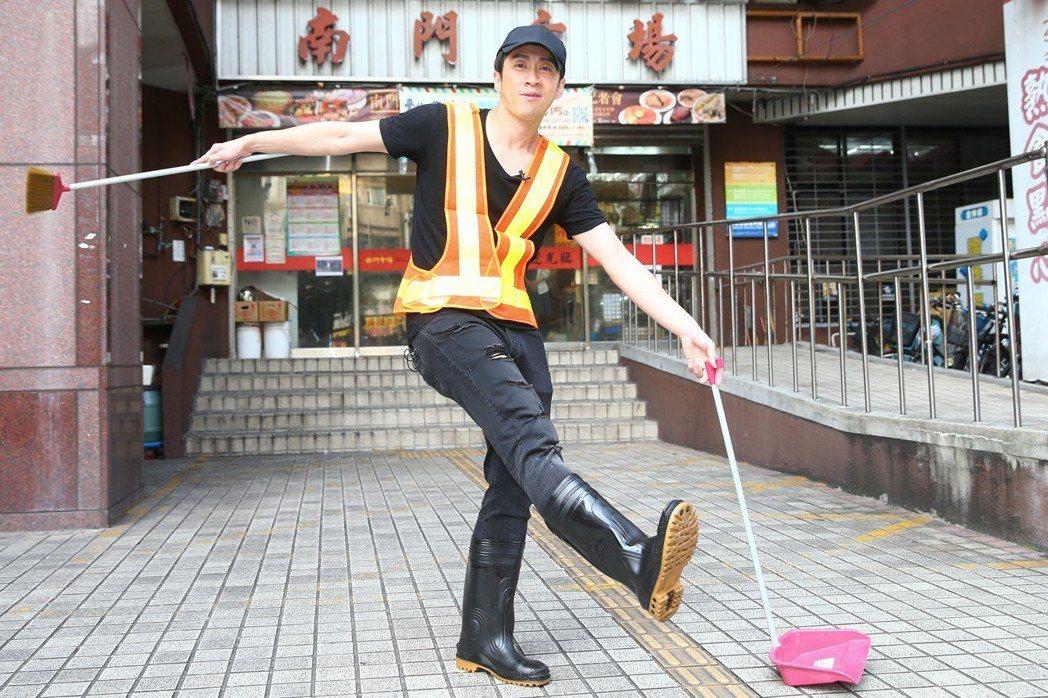 陳漢典上街頭冒充清潔工。記者王騰毅/攝影