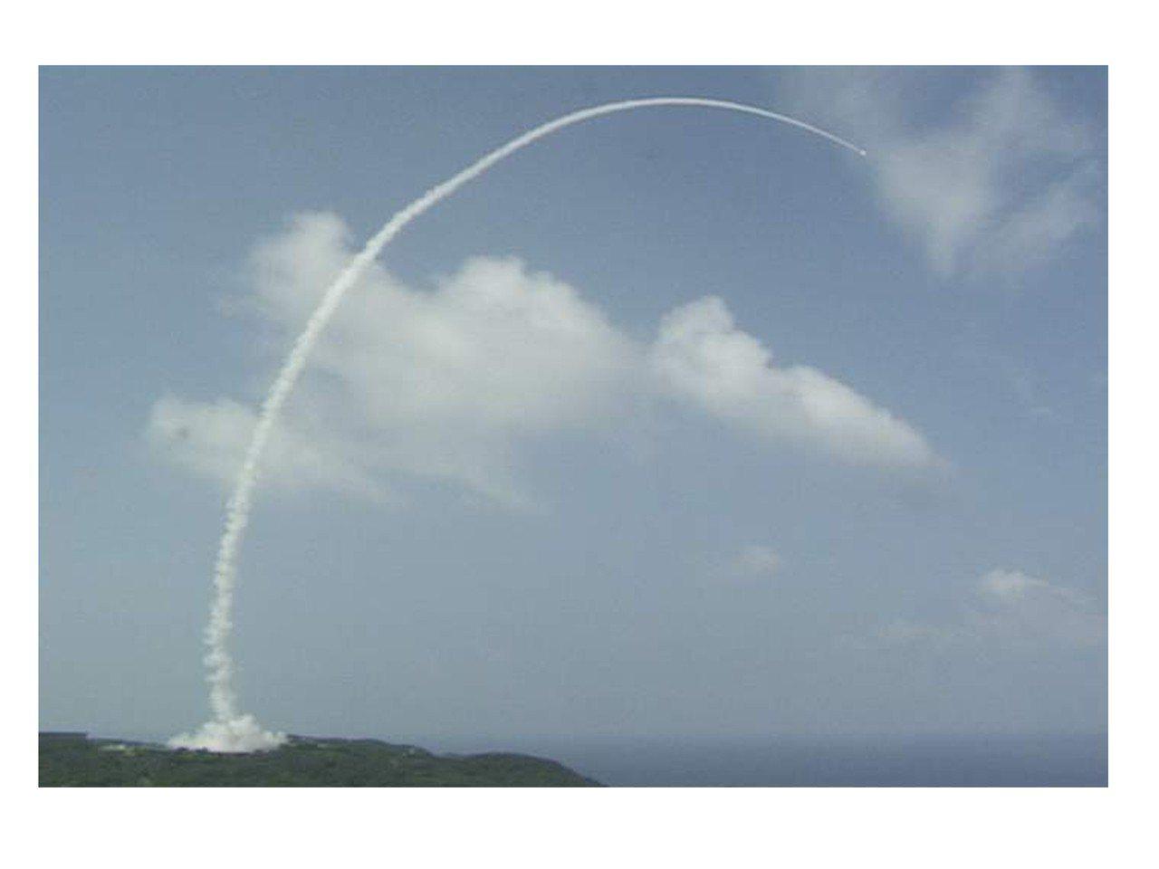 中科院生產的天弓三型飛彈發射後,在空中留下飛行軌跡。 圖/中科院提供