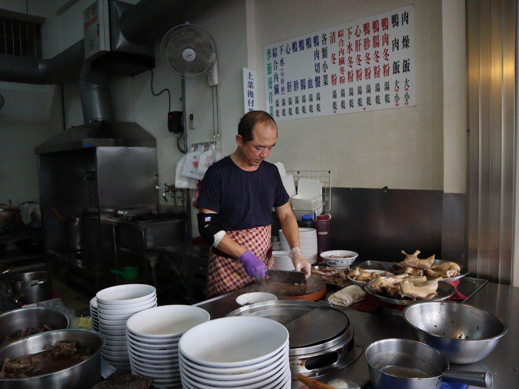 準高雄市長韓國瑜選舉前曾拍攝影片介紹在地小吃,包括白糖粿、粉圓冰、鴨肉飯等。 圖...